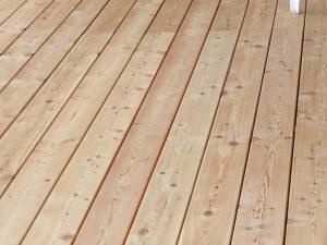Terasová podlaha sibírsky smrekovec. Kartáčovaný povrch.